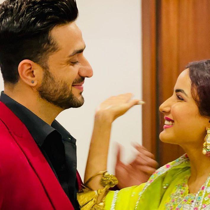 Aly Goni gifts Jasmin Bhasin a luxurious handbag worth Rs 2.2 lakh on Eid