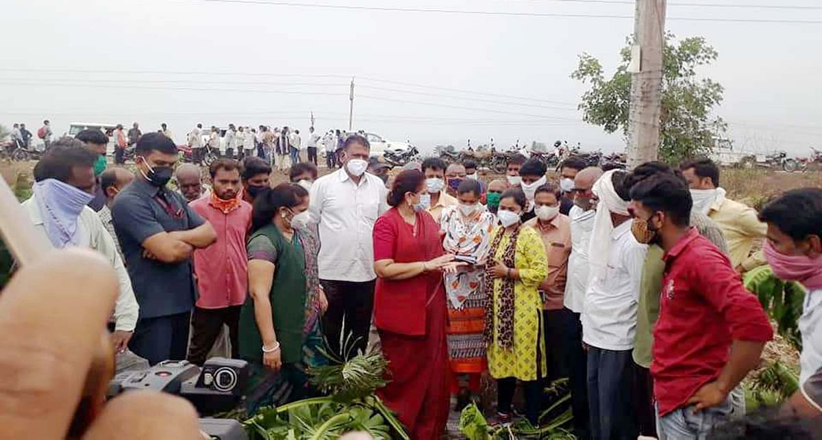 Burhanpur: Former minister visits rain affected areas to assess crop loss, asks administration to go for surveys