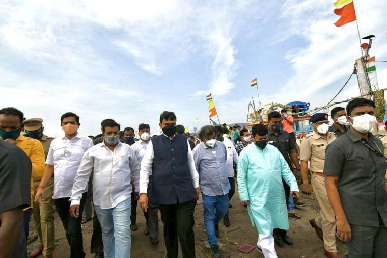 Cyclone Tauktae: BJP leaders Devendra Fadnavis, Pravin Darekar visit affected areas of Raigad