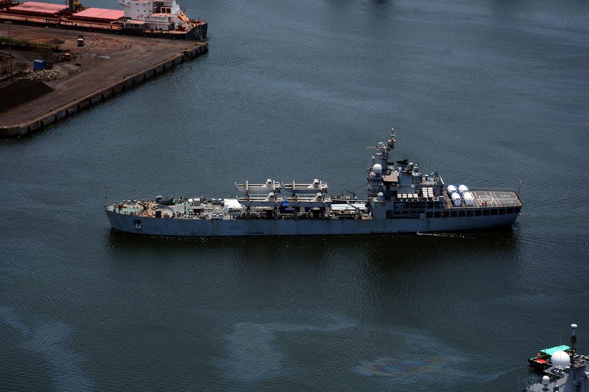 Mumbai: Indian Navy brings 40 MT oxygen to Mumbai from Qatar