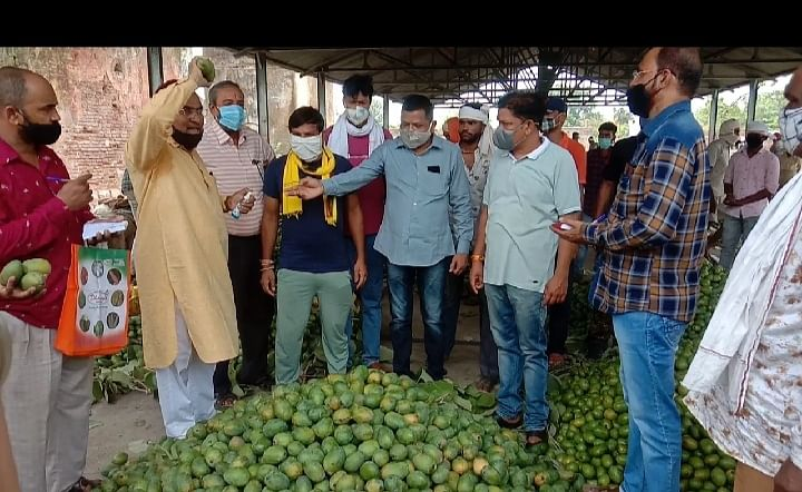 The corona curfew has been extended due to Covid-19 but district administration did not inform tribal farmers about the extension. As a result, they reached mandi to sell mangoes on Monday but locks welcomed them