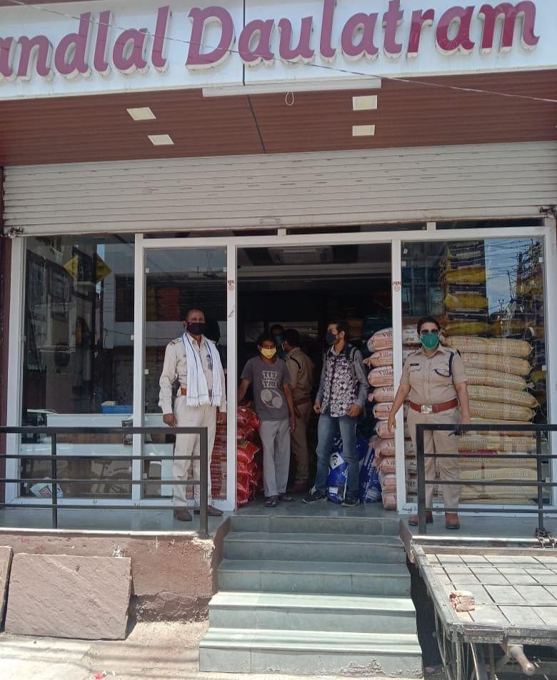 Local administration sealed Firm Nandlal-Daulatram for violating Corona Curfew in Ujjain on Friday