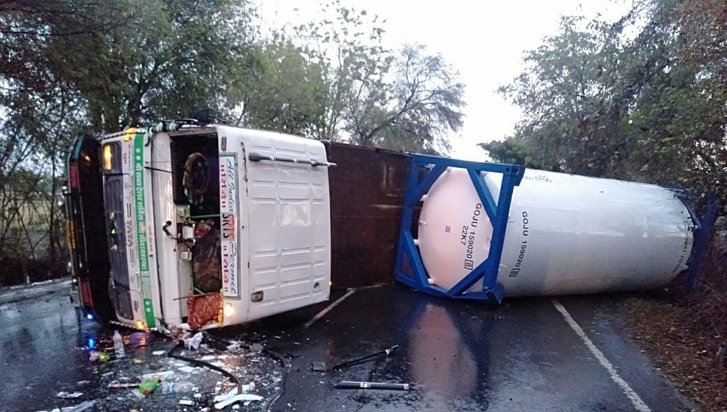Madhya Pradesh: Oxygen tanker  overturns in Sagar as driver loses control while saving stray animals