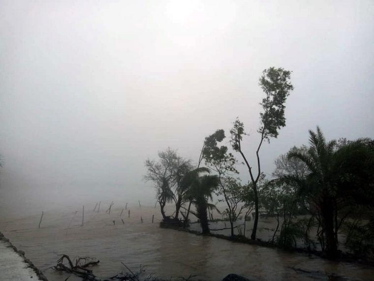 A view of heavy rain and wind due to CycloneYaas near Chandbali sea, in Bhadrak