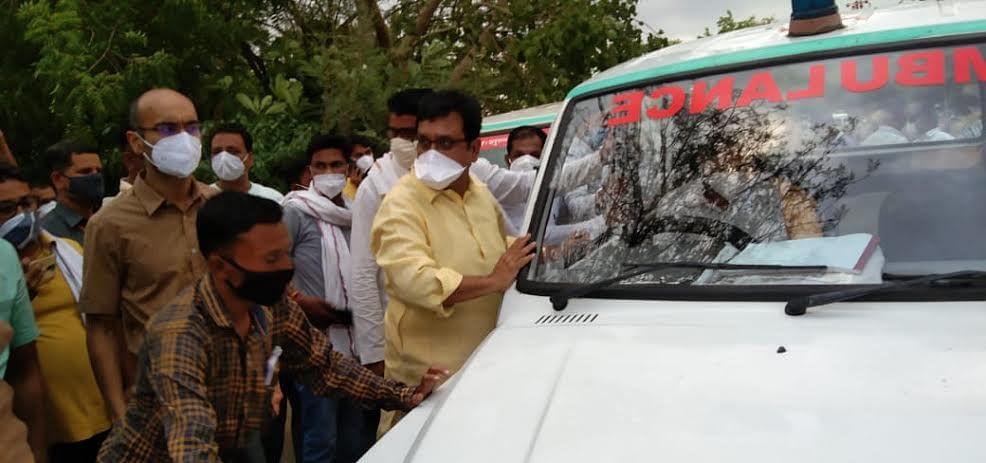 Khandwa: Embarrassed minister Vijay Shah pushes old ambulance before flag off