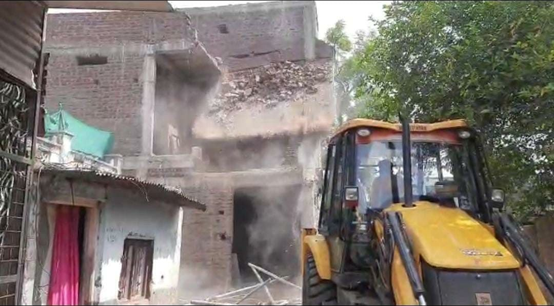 Burhanpur: Administration demolishes house of  Borban pond case scam accused who is on the run