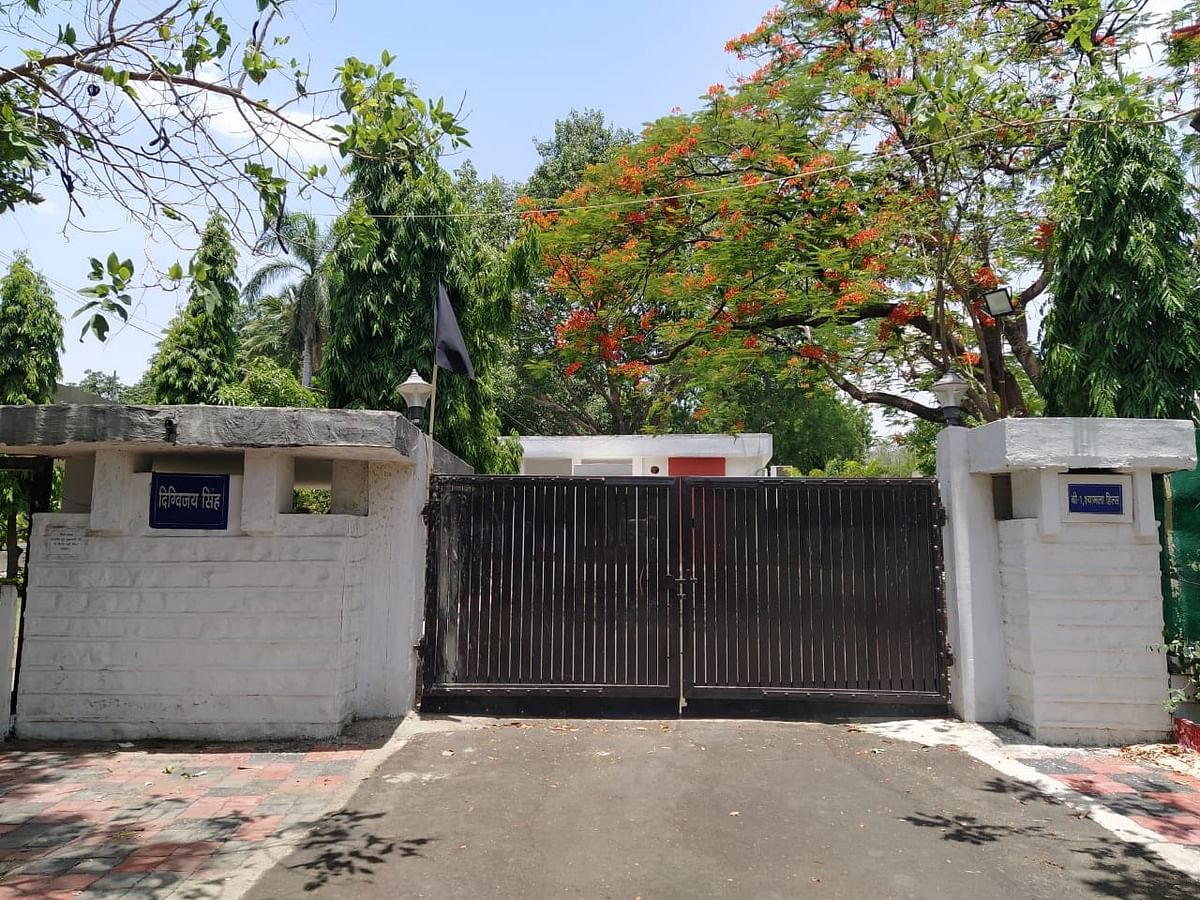 Madhya Pradesh: Digvijaya hoists black flag at his residence in support of farmers