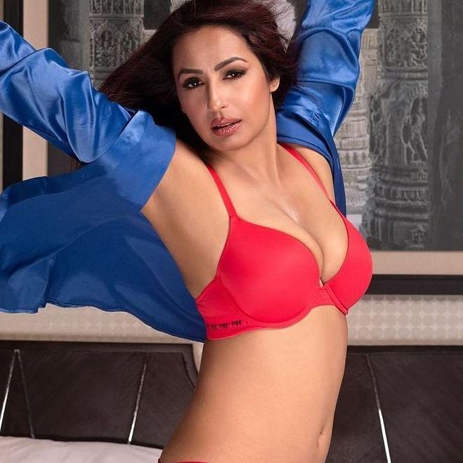 Kashmera Shah slams haters with sexy bikini pic; Ankita Lokhande wishes to have a body like her