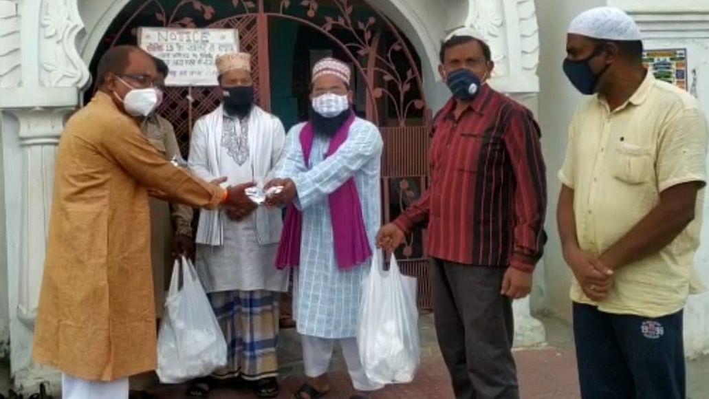 Bhopal: Where Pandit Ji distributes Iftari for Muslim Rozedars