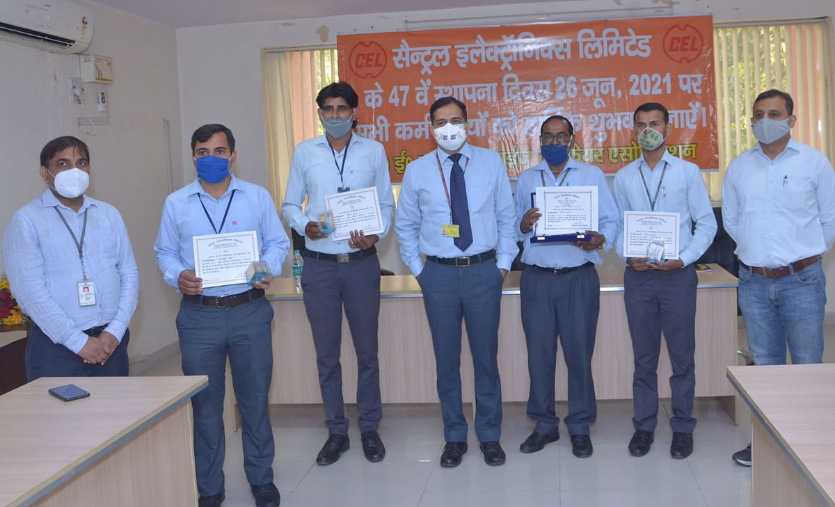 Chairman and Managing Director, C.E.L., Chetan Prakash Jain felicitated the employees who completed 10 and 25 years of service on the company's Foundation day