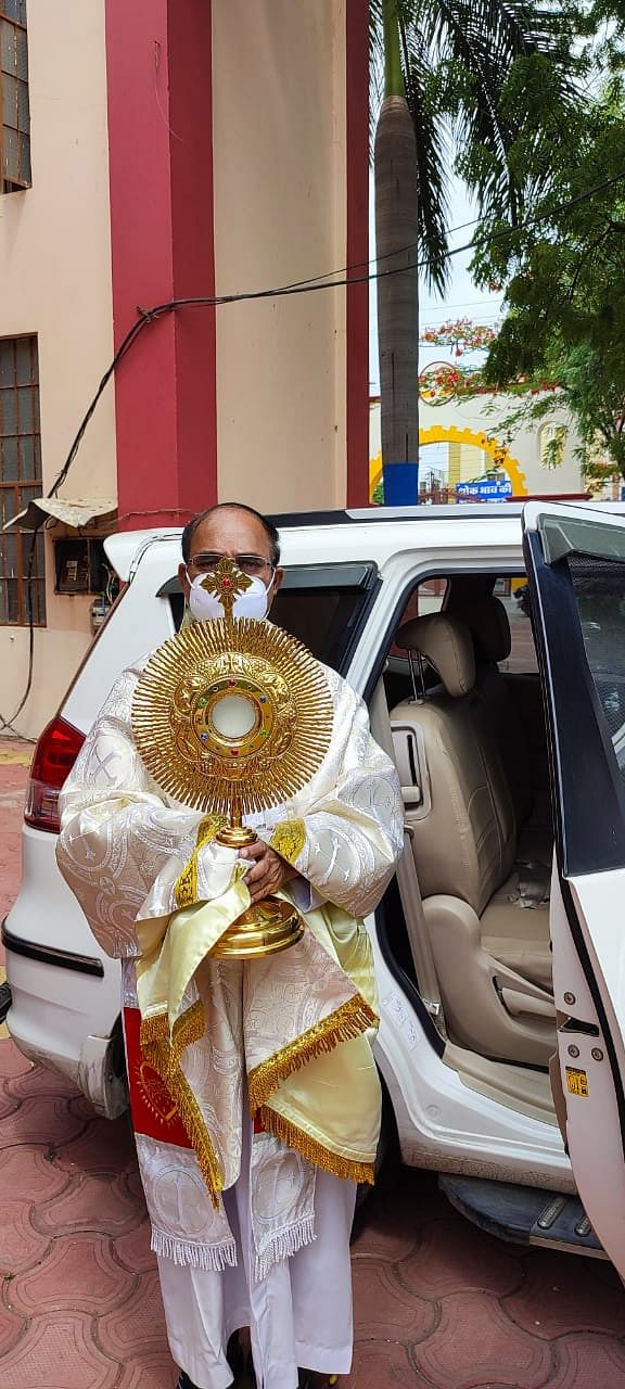 Indore: Sacrament of Eucharist taken to people's doors on Corpus Christi
