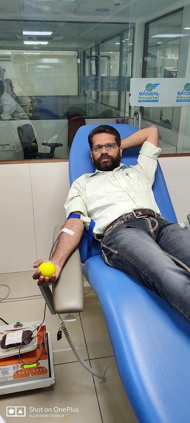 Vipnish Thakur, a farmer, donating blood