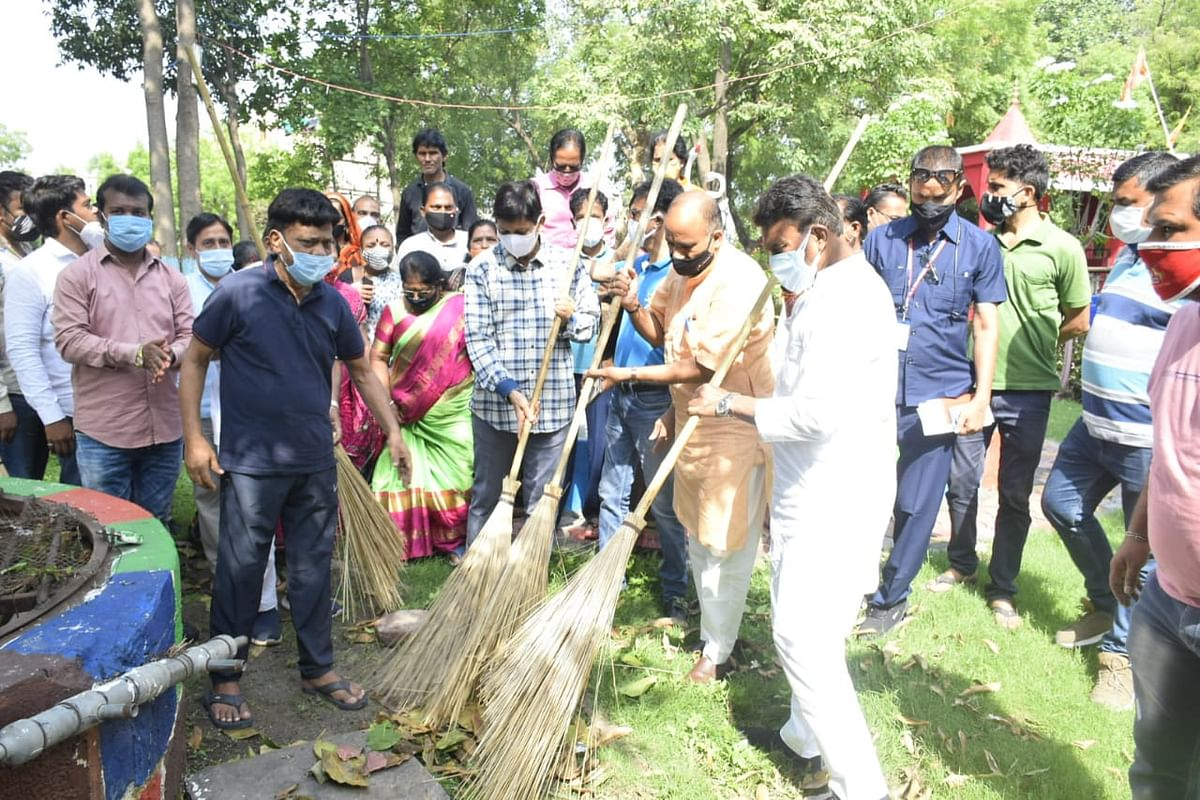 Indore: MP minister, parliamentarian participate in cleanliness drive
