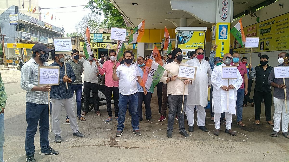 Madhya Pradesh: Dhar district Congress stages a sit-in in front of petrol pumps