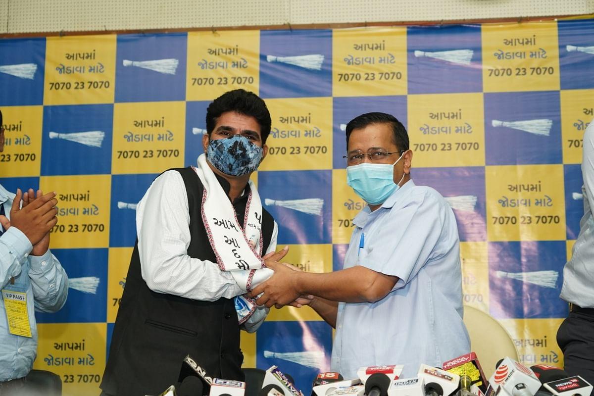 Popular Gujarati journalist Isudan Gadhvi joins AAP ahead of 2022 state assembly elections