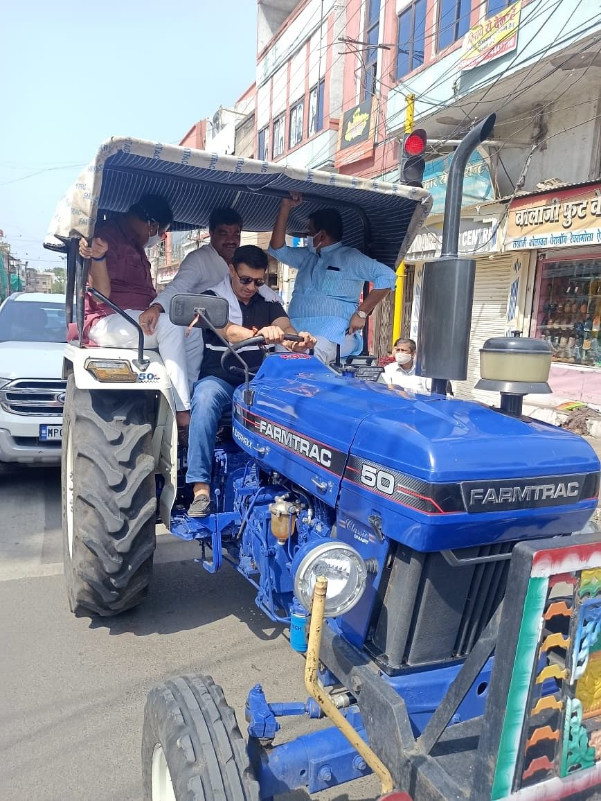 Indore: Congress protest against Farm Laws, MLA Jitu Patwari drives tractor to MP Lalwani's house as an act of protest