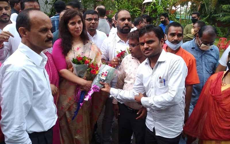 Chhattisgarh: Congress leader Amarjeet Bhagat and BJP MP Saroj Pandey flout COVID-19 norms