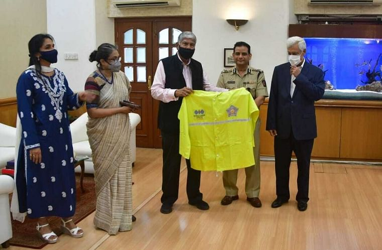 10,000 raincoats were handed over to the Mumbai police commissioner Shri Hemant Nagrale and Joint Commissioner (Law and order) Shri Vishvas Nangare-Patil by MVIRDC World Trade Center, Mumbai chairman Shri Vijay Kalantri on Saturday for the city police. Captain Somesh Batra, Vice Chairman and Mrs Rupa Naik, Executive Director of WTC Mumbai along with Mrs Sangeeta Jain, Senior Director, All India Association of Industries were also present.