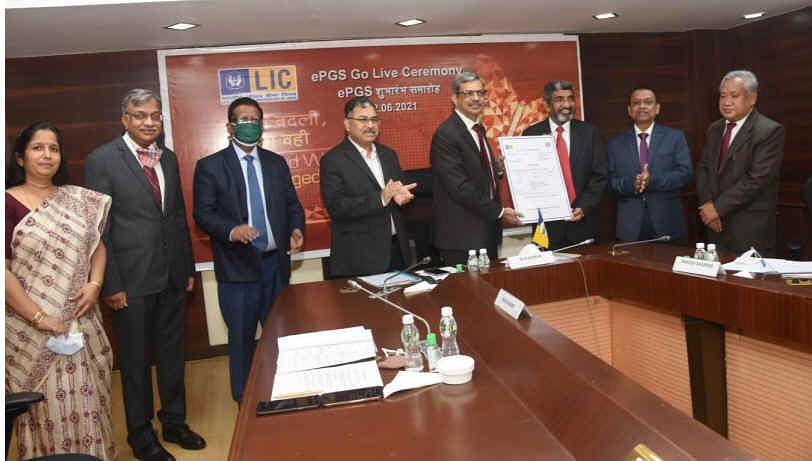 MR Kumar, Chairman, LIC hands over the first receipt under ePgs to Rakesh Sharma, MD and CEO, IDBI Bank