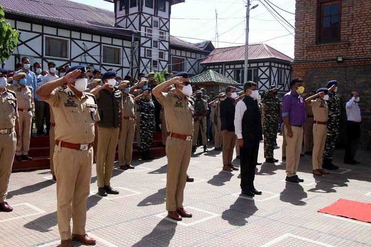 Police officials pay tribute