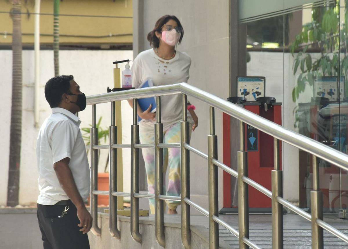 Paparazzi Files: Janhvi Kapoor arrives at Mumbai's Hinduja hospital; Sunny Leone spotted distributing food in Bandra