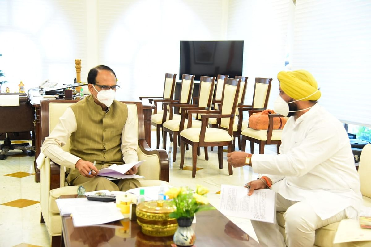 New and Renewable Energy Minister Hardeep Singh Dang  with chief minister Shivraj Singh Chouhan in Bhopal