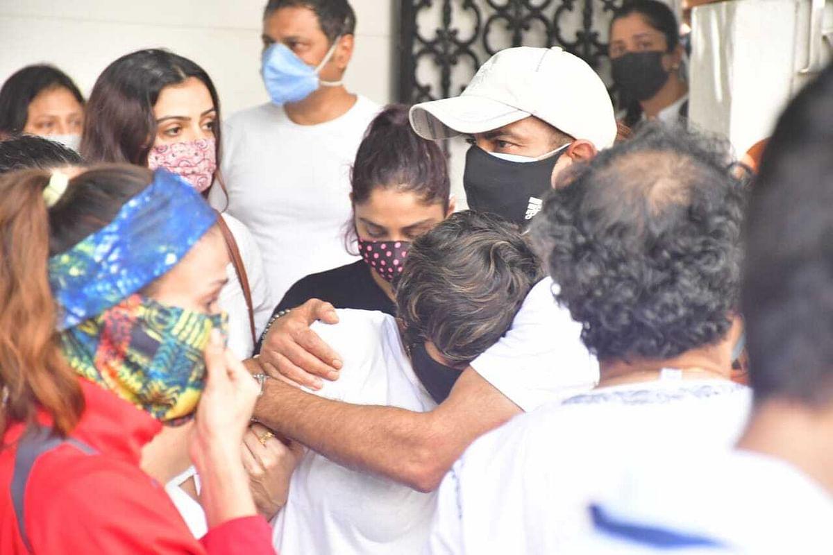 Ronit Roy consoles Mandira Bedi