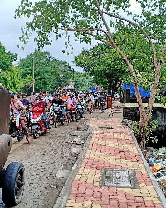 Thane: Shiv Sena distributes petrol at Rs 1 per litre in Dombivli on Aditya Thackeray's birthday