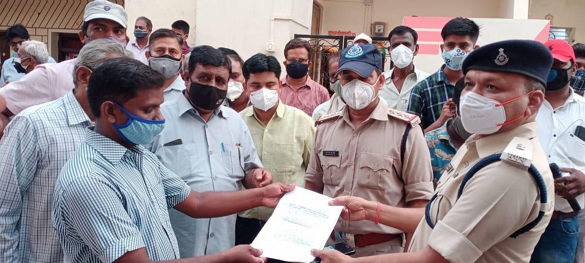 A group of Jan Shikshak handing over memorandum to police offers
