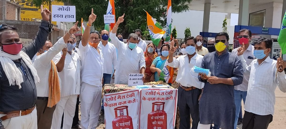 Madhya Pradesh: Congress stages dharna against rise in fuel prices in Ratlam