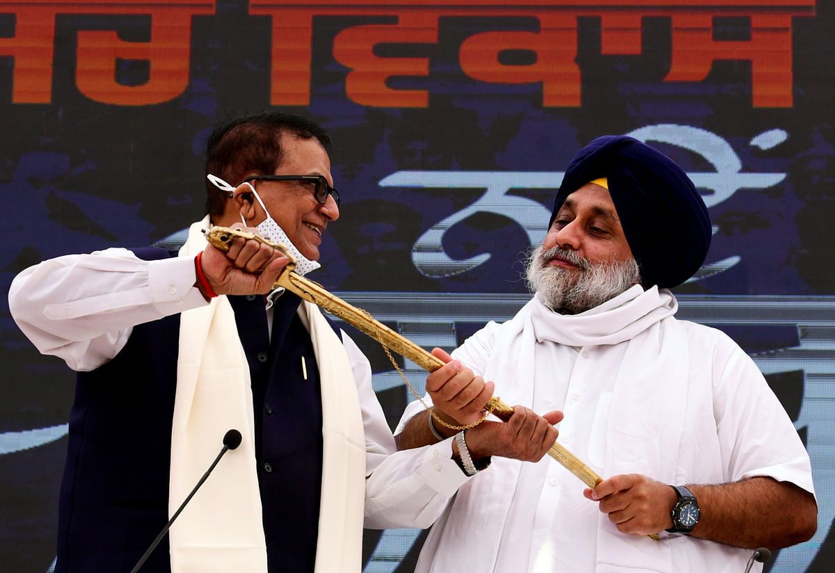 Punjab, June 12 (ANI): Shiromani Akali Dal (SAD) chief Sukhbir Singh Badal holds a sword along with BSP General Secretary Satish Mishra after stitching an alliance with the Bahujan Samaj Party (BSP) ahead of the 2022 Punjab Assembly elections, in Chandigarh on Saturday.