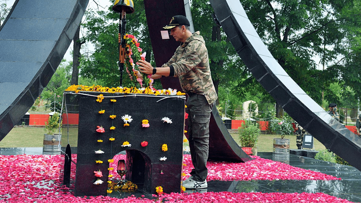 Bollywood actor Akshay Kumar pays floral tribute during a wreath-laying ceremony to BSF personnel who made supreme sacrifice in the line of duty, in Srinagar on Thursday.