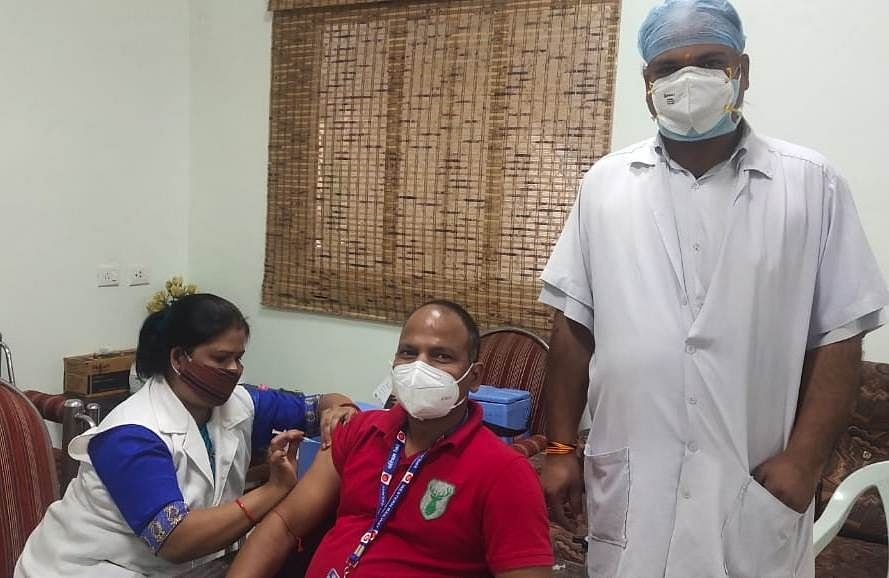 Ratlam: 600 railway staff vaccinated, 203,861 doses administered