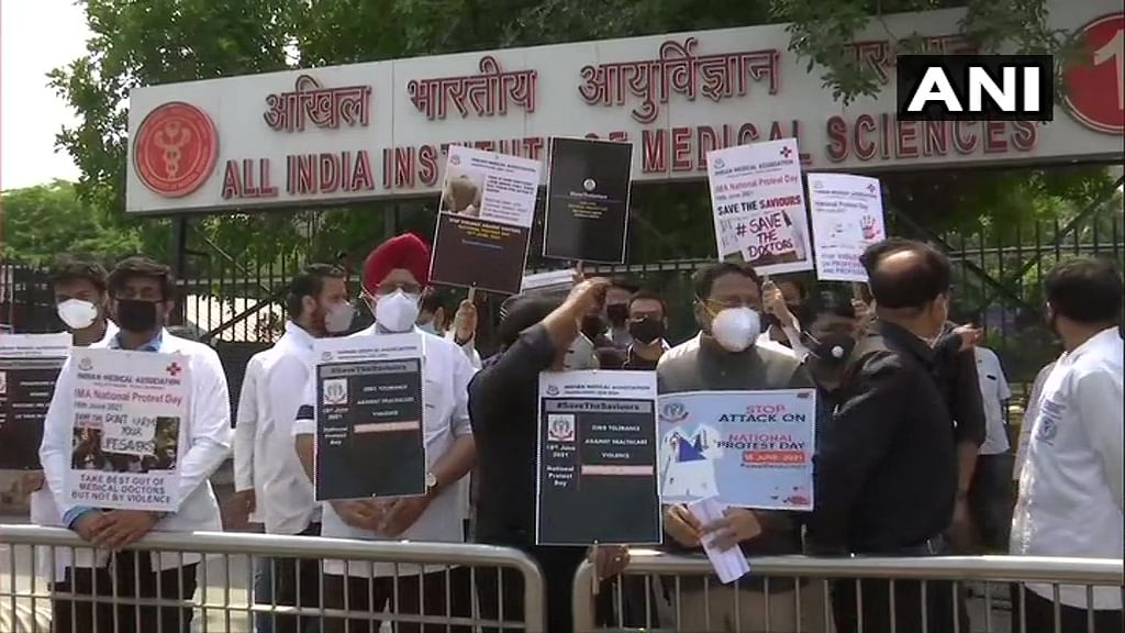 IMA holds nation wide protest seeking central law to protect doctors against violence; see pics