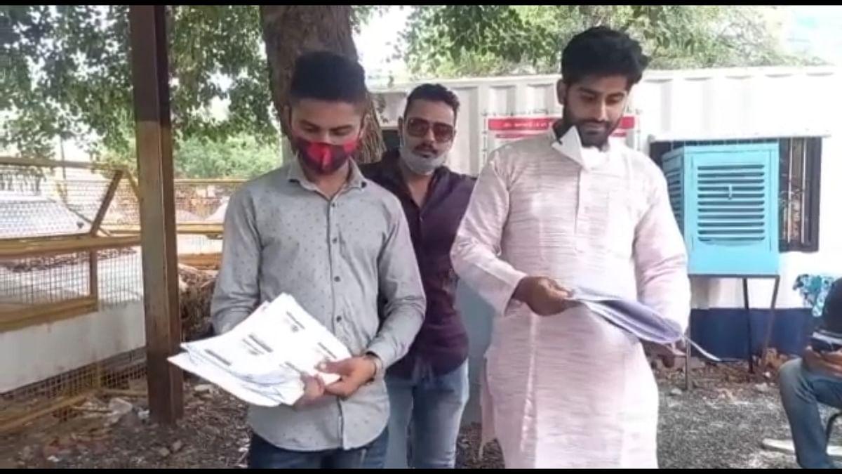 Victim Manish Aanjana (extreme right) present outside the Nanakheda police station. FP PHOTO