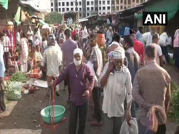 Maharashtra: Huge crowd at Nagpur's Mahatma Phule market; COVID protocols violated
