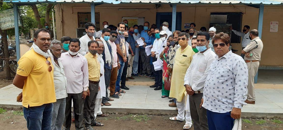 Ratlam: Congressmen in Jaora submit memorandum against inflated electricity bills