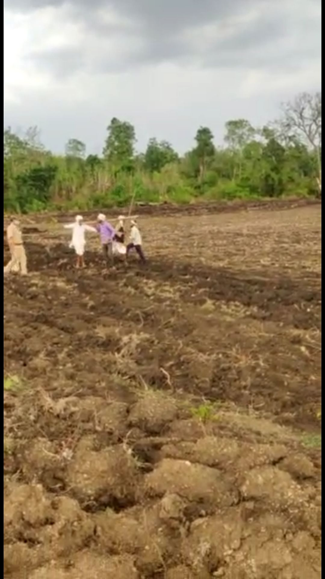 Forest team went to vacant a forest land that had been encroached upon in Berasia