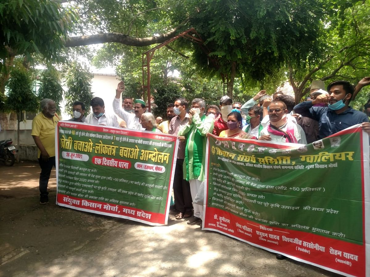 Activists and farmers marching towards governor house at Gandhi Bhawan, Bhopal on Saturday