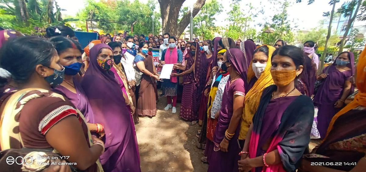 Mandsaur: Asha, Usha workers go on strike in Sitamau, submit memorandum to press for their demands