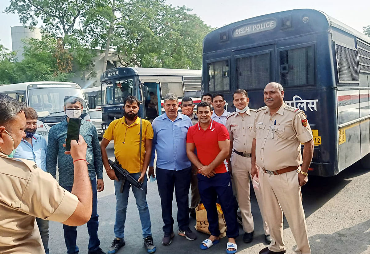 Chhatrasal Stadium murder: Delhi Police initiates inquiry after its personnel seen clicking photos with Sushil Kumar