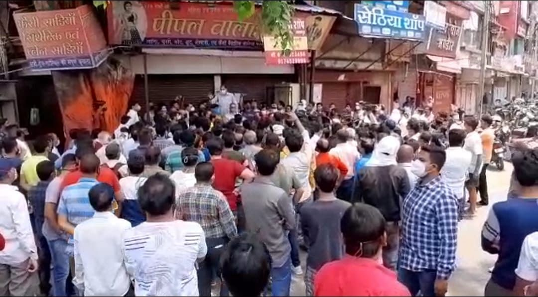 Traders stage protest, accuses district administration of issuing misleading orders