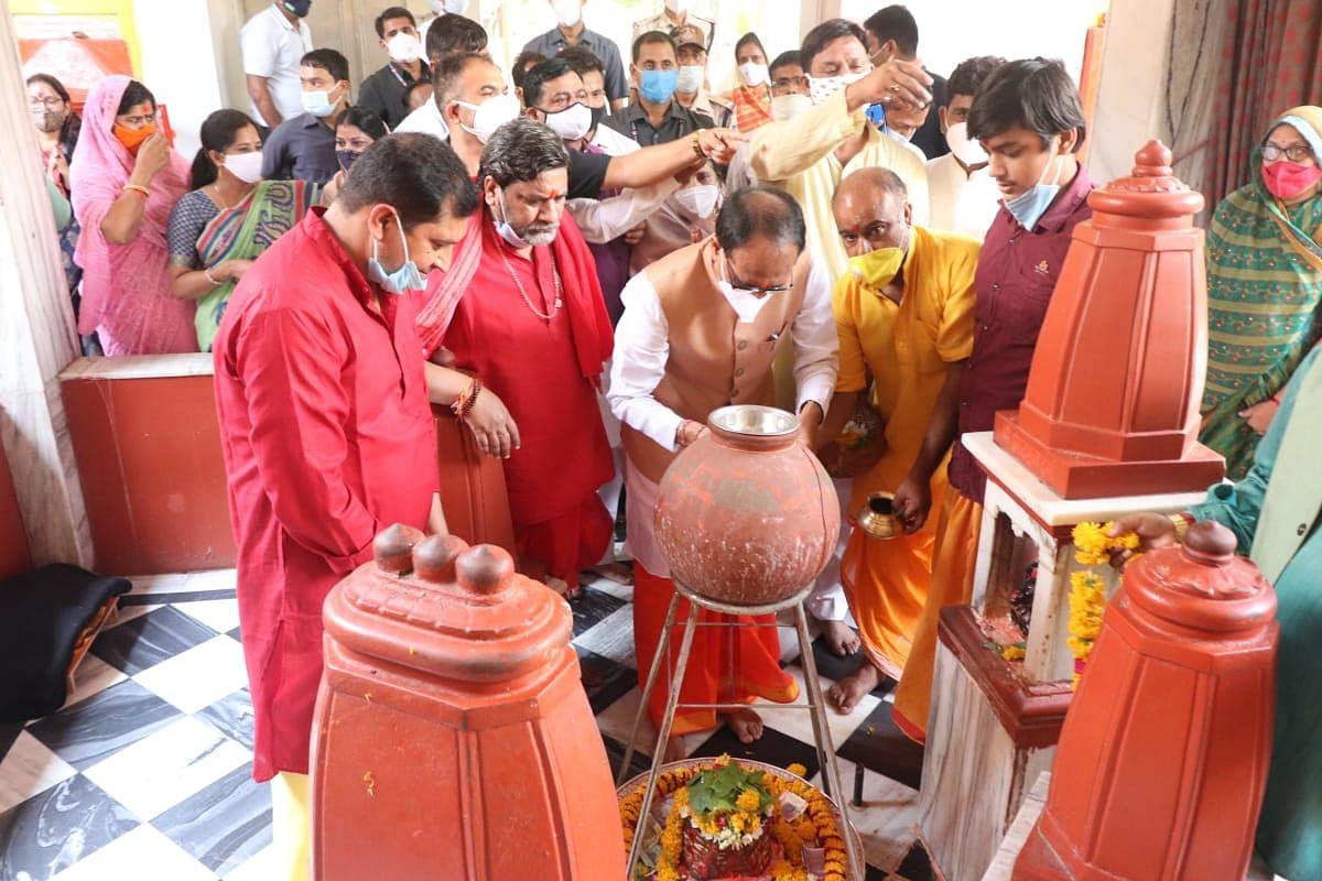 Chief Minister Shivraj Singh Chouhan offering prayers at Pitambarapeeth in Datia on Monday