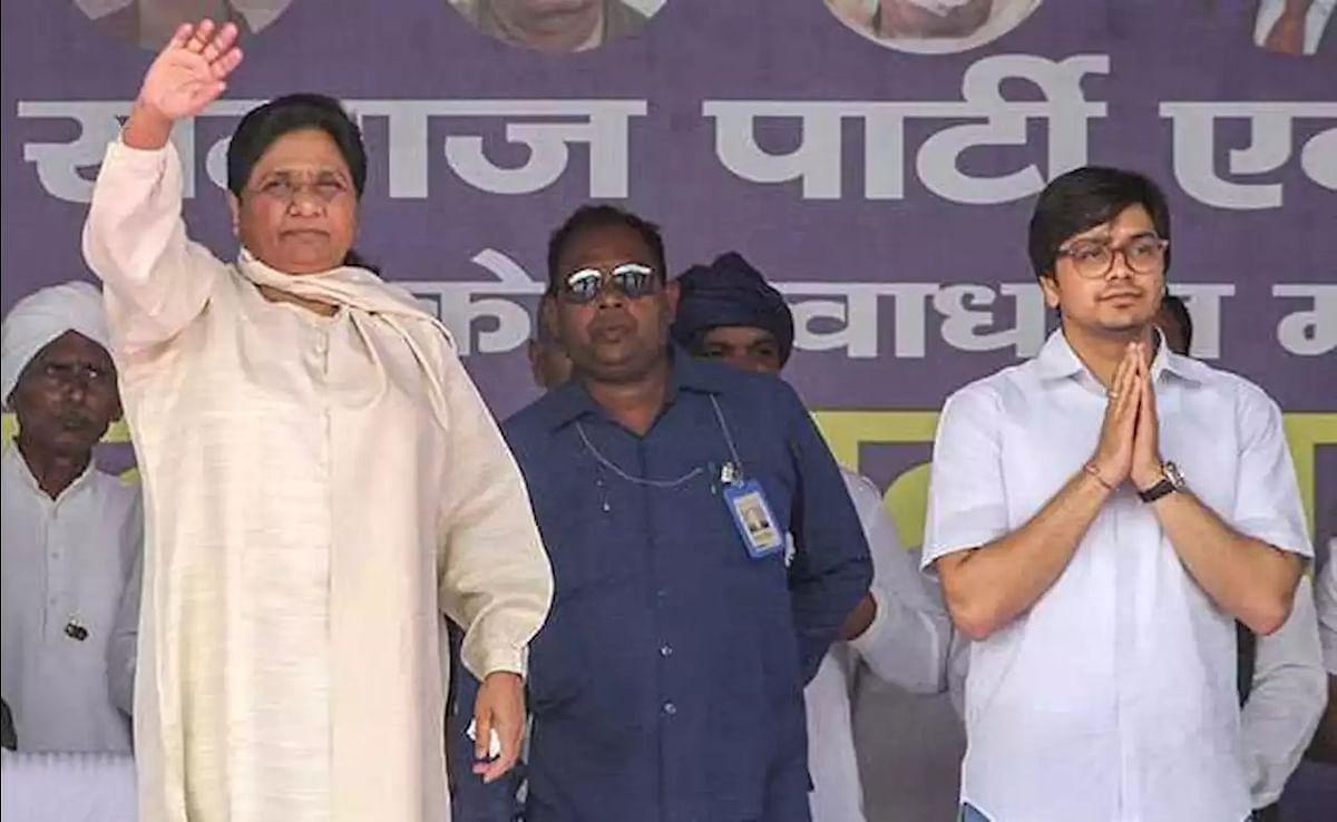 Mayawati and her nephew Akash Anand (R)