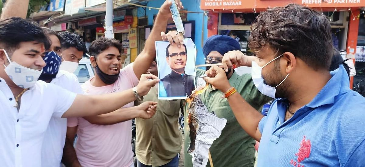 Congress activists torched effigy of Chief Minister Shivraj Singh Chouhan at Mohan Talkies Square in Dhar on Monday