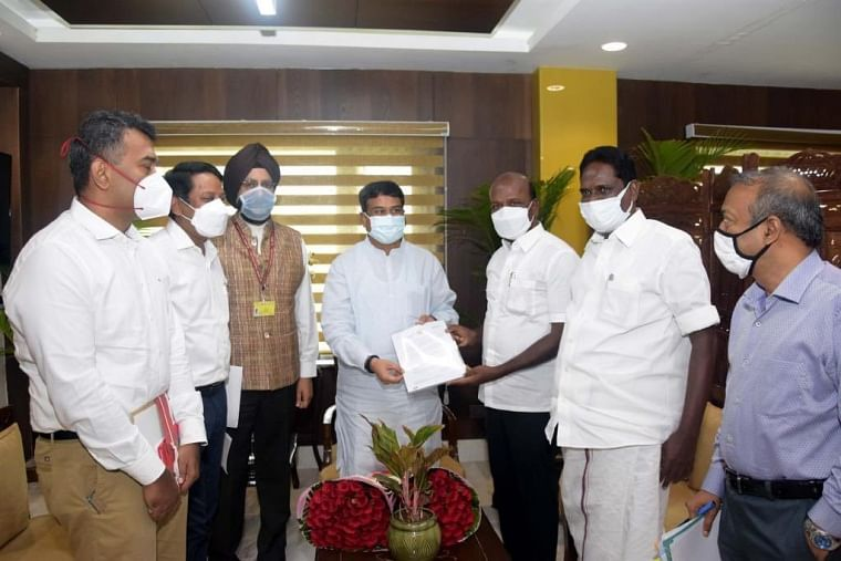 Tamil Nadu minister visits Delhi, seeks special allocation of 1 cr COVID-19  vaccines, exemption from NEET 2021