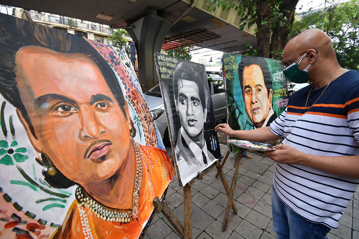 Maharashtra, July 07 (ANI): A student of Gurukul school Of Art paints the portrait of veteran actor Dilip Kumar as a tribute to him, in Mumbai on Wednesday.