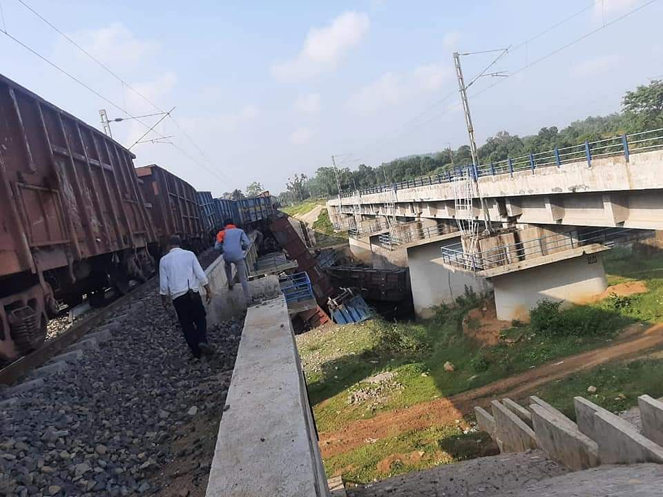 Madhya Pradesh: 16 coaches of a goods train derailed at the bridge of Alan river near Anuppur, no casualties reported