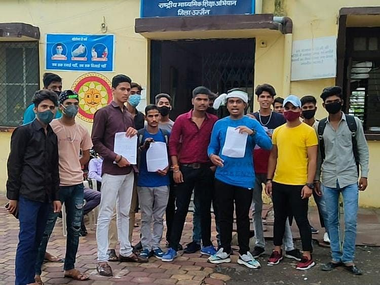Ujjain: Schoolstudents gherao District Education Office