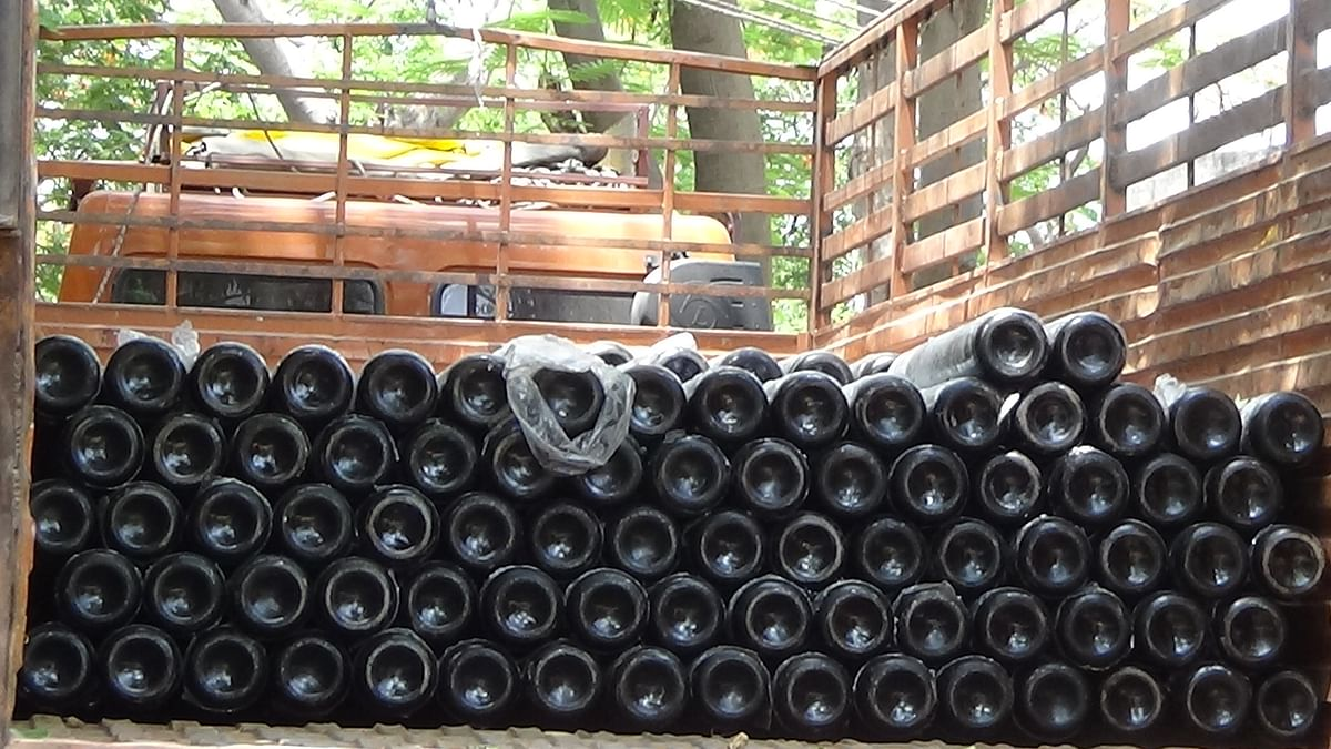 400 oxygen cylinders arrived at Bima Hospital in Nagda on Thursday